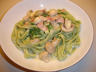 Frisk pasta med rucola, bacon og champignon