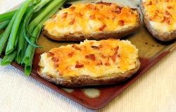 Bagte kartofler med cheddar og bacon